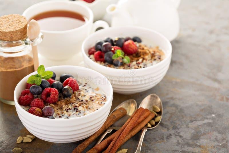 Gruau de quinoa avec la framboise et la myrtille photographie stock libre de droits