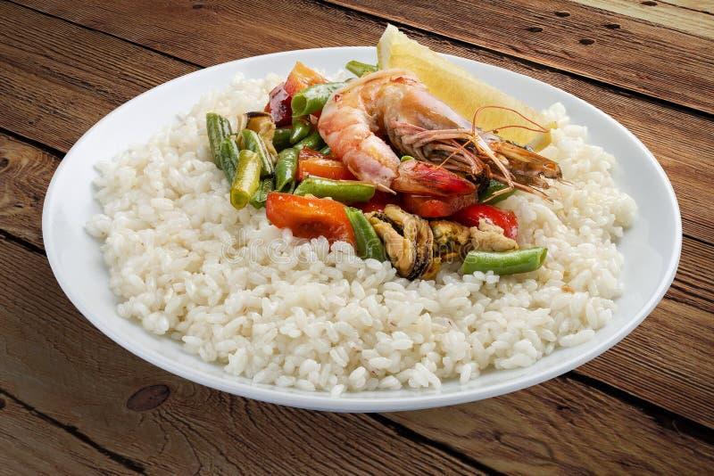 Gruau de riz avec des crevettes et des légumes images libres de droits
