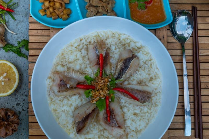 Gruau de riz avec des poissons Congee de poissons Nourriture de l'Asie image libre de droits