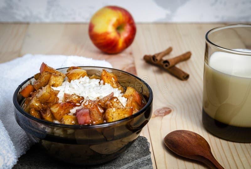 Gruau de riz avec du lait et les pommes caramélisées de vanille de cannelle photo libre de droits