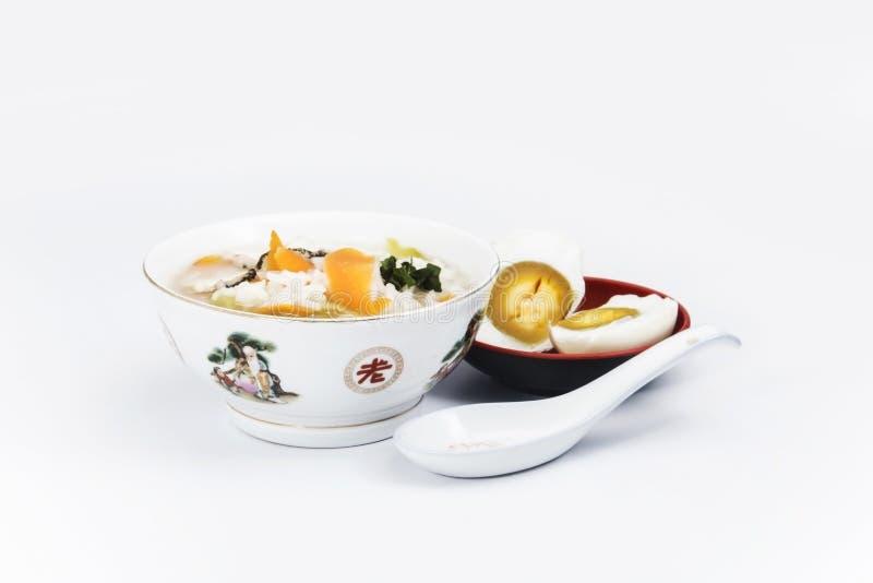 Gruau de riz de poissons avec l'oeuf salé images stock