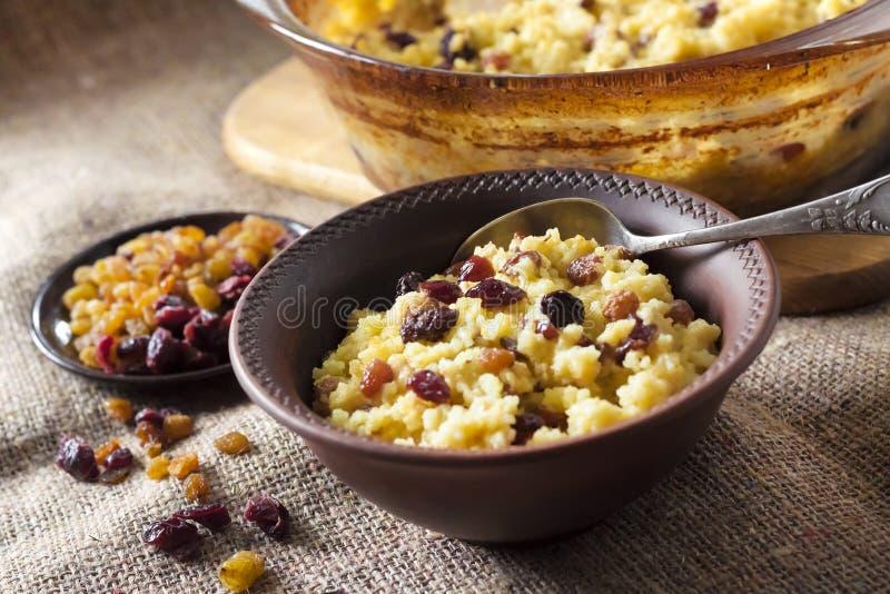 Gruau doux de millet avec des raisins secs et des canneberges sèches photo libre de droits