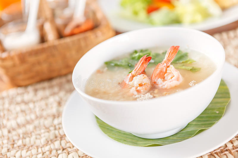 Gruau et crevette thaïlandais traditionnels de riz de gruau dans la cuvette images stock