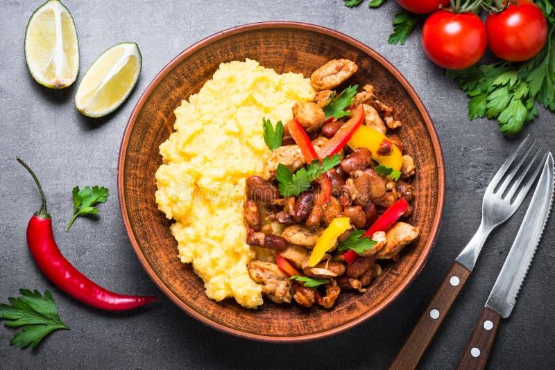 Gruau et viande de maïs avec des légumes et des haricots en tomate images libres de droits