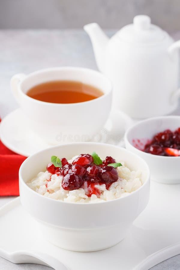 Gruau ou pudding de riz avec les canneberges et la menthe caramélisées photo stock