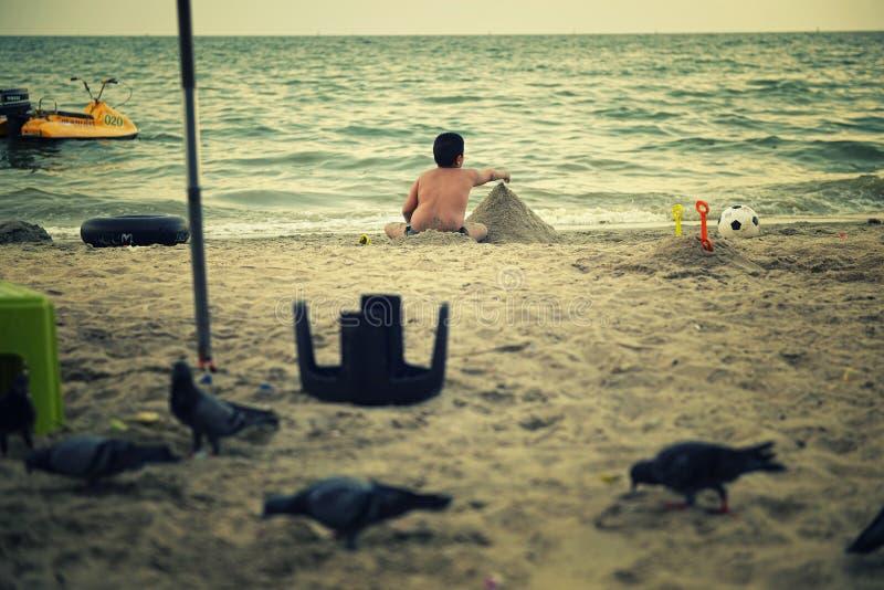 Gruba chłopiec bawić się na plaży obraz stock