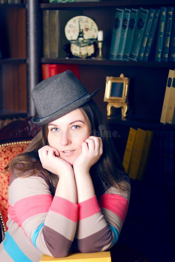 Dziewczyna w pasiastym kapeluszu i pulowerze obrazy stock