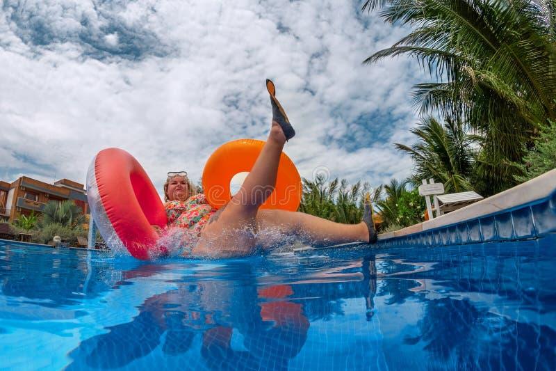 Gruba kobieta skacze pluśnięcie w basen fotografia royalty free
