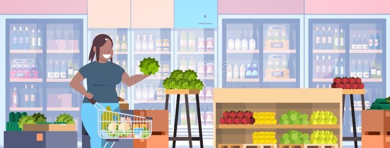 Gruba otyła kobieta wybiera sklepu spożywczego ciężaru straty pojęcia amerykanin afrykańskiego pochodzenia z nadwagą dziewczyny z ilustracji