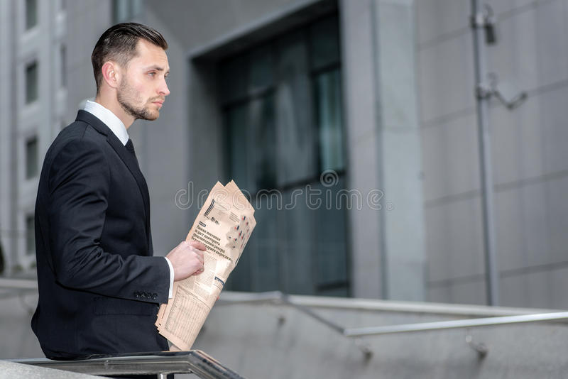 Grubbla finansiella plan Affärsman som ser framåt, och holdi royaltyfri fotografi