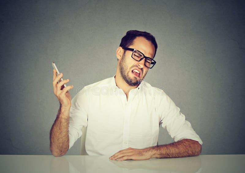 Grubiański mężczyzna ma rozmowę telefonicza obrazy royalty free