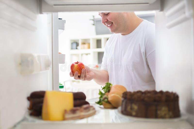 Gruby mężczyzna na dieta wp8lywy jabłku fotografia stock