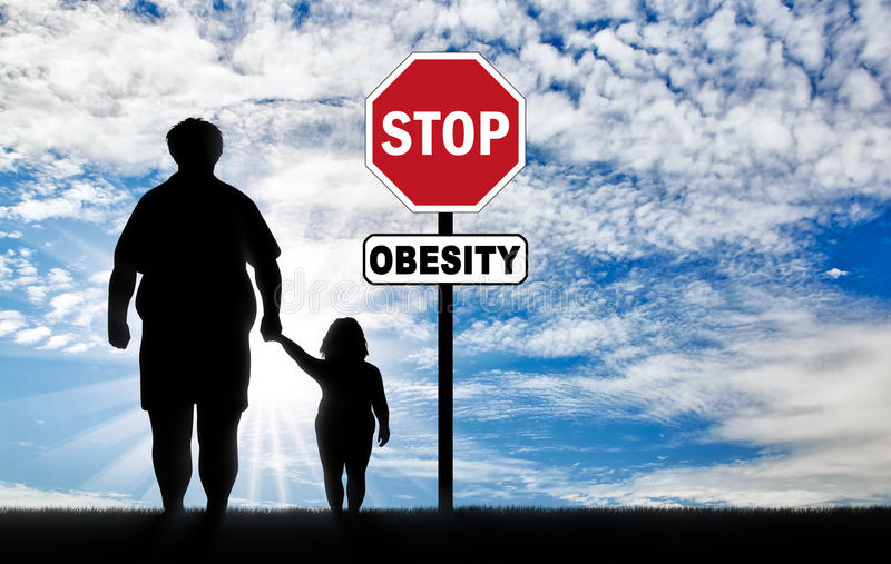 Gruby ojciec z dzieckiem i znak przerwy otyłość obraz stock