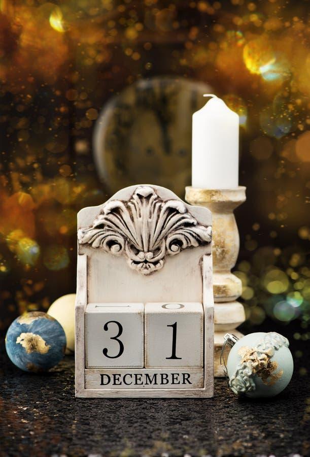 31 Grudnia drewniany kalendarz, rocznik Bożenarodzeniowe piłki i antyk, osiągamy obraz royalty free