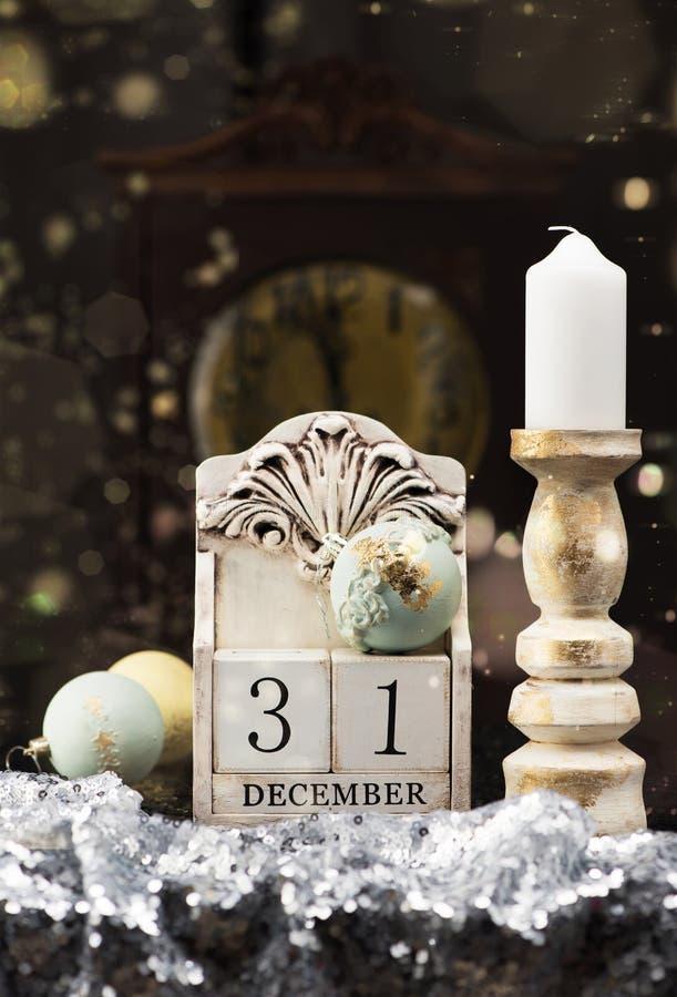 31 Grudnia drewniany kalendarz, rocznik Bożenarodzeniowe piłki i antyk, osiągamy obrazy stock