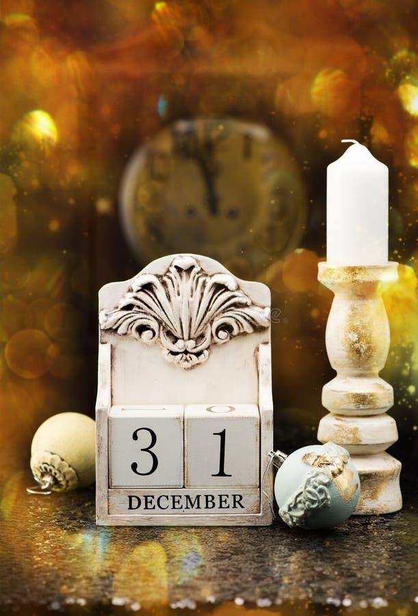 31 Grudnia drewniany kalendarz, rocznik Bożenarodzeniowe piłki i antyk, osiągamy zdjęcia royalty free