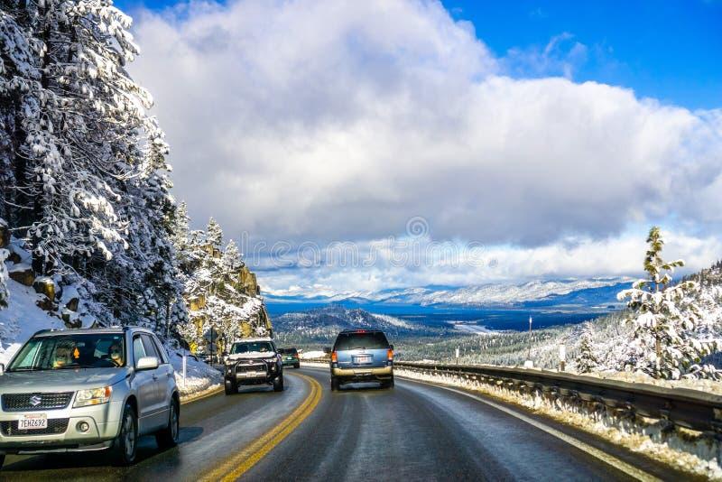 Grudnia 25, 2018 południe Jeziorny Tahoe, CA, usa/- Podróżujący w kierunku południowego Jeziornego Tahoe na pogodnym zima dniu zdjęcia royalty free