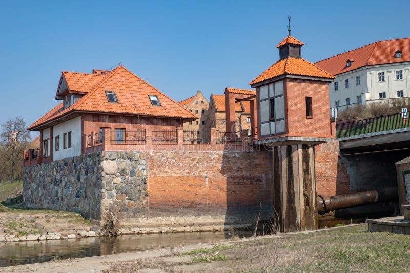 Grudziadz, kujawsko-pomorskie/Polônia - abril, 5, 2019: Central elétrica hidroelétrico pequeno em Grudziadz Construções velhas ao imagens de stock