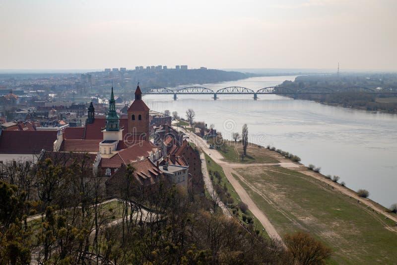 Grudziadz, kujawsko-pomorskie/Polônia - abril, 5, 2019: Ponte velha com períodos sobre um grande rio Cruzamento de estrada sobre  fotos de stock royalty free