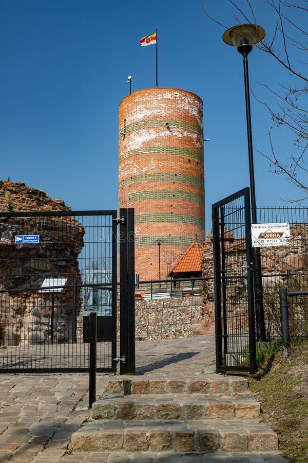 Grudziadz kujawsko-pomorskie/Polen - April, 5, 2019: Det gamla slotttornet på den Vistula kullen Slotten fördärvar i Centraleurop royaltyfria bilder