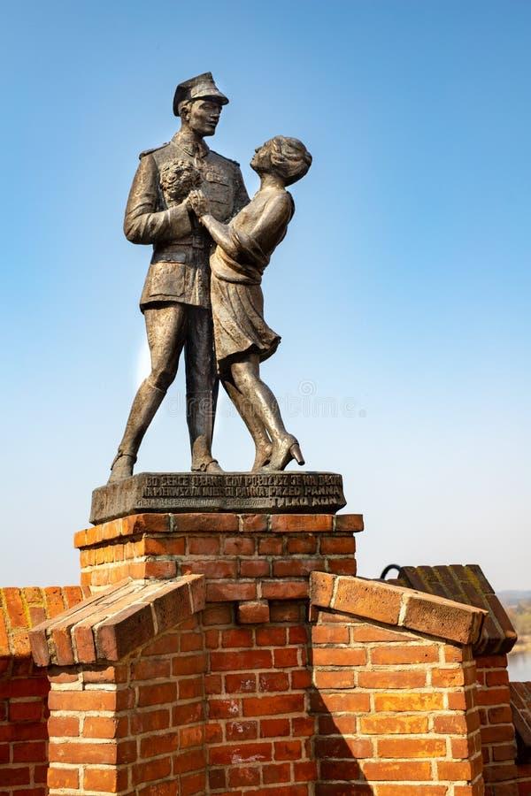 Grudziadz, kujawsko-pomorskie/Pologne - avril, 5, 2019 : Monument commémorant l'armée polonaise Uhlan et une fille dans Grudziadz photographie stock libre de droits