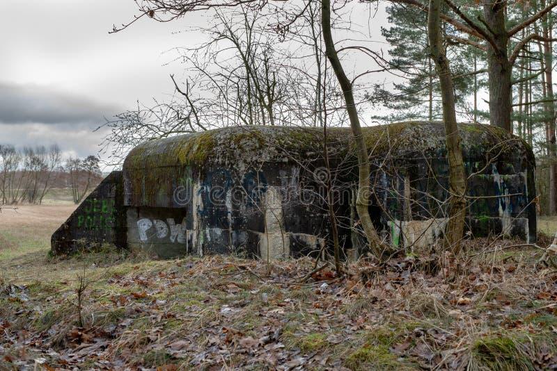 Grudziadz, kujawskopomorskie/Польша - 15-ое марта 2019: Польские городища от Второй Мировой Войны на реке Osa Старые бункеры стоковое изображение