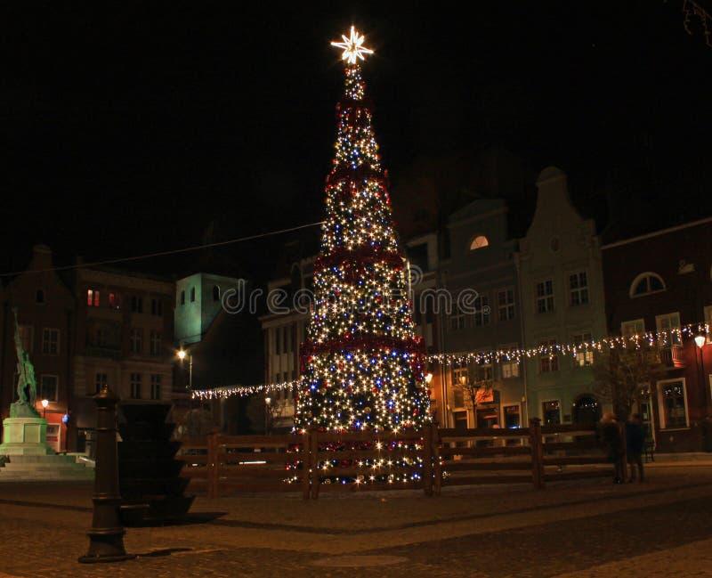 GRUDZIADZ, POLOGNE - 27 NOVEMBRE 2015 : Arbre et décorations de Noël dans la vieille ville de Grudziadz, Pologne photo libre de droits