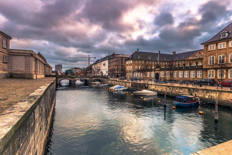 Grudzień 05, 2016: Łodzie przy kanałem w Kopenhaga, Dani zdjęcia royalty free