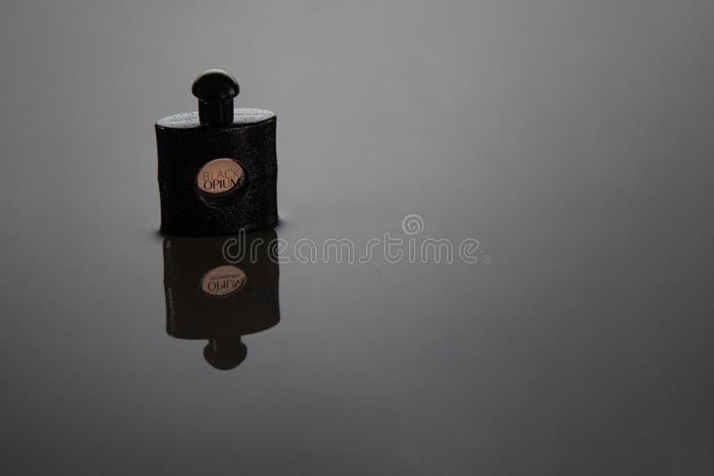 14 2018 Grudzień Fano, Włochy - Yves Saint Laurent Eau De Parfum dla kobiet, Czarni opia zdjęcia stock