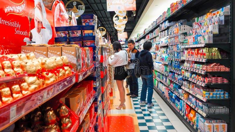 Grudzień 11, 2016, konsumenci kupuje dzienne konieczność w Mong koka Hong Kong supermarkecie, przygotowywa specjalnych zakupy dla obrazy royalty free