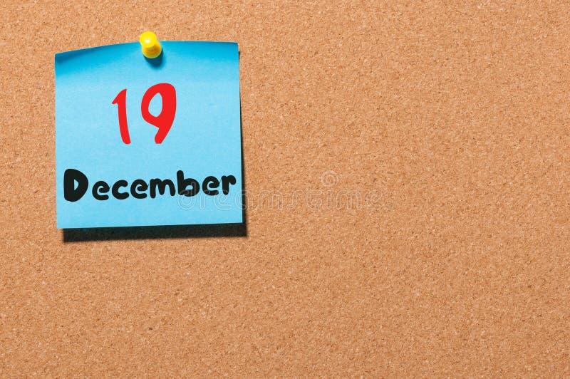 Grudzień 19th Dzień 19 miesiąc, kalendarz na korkowej zawiadomienie desce kwiat czasu zimy śniegu Opróżnia przestrzeń dla teksta obrazy royalty free