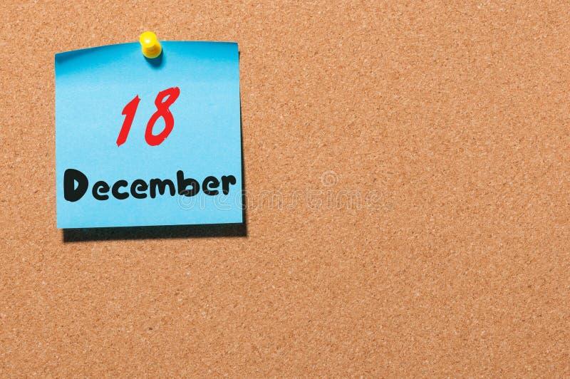 Grudzień 18th Dzień 18 miesiąca kalendarz na korkowej zawiadomienie desce kwiat czasu zimy śniegu Opróżnia przestrzeń dla teksta obrazy stock