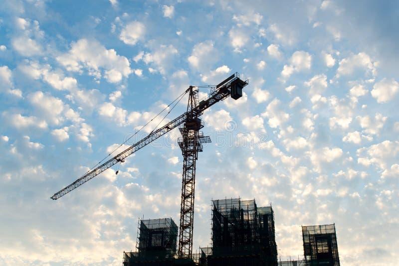 Grue à tour et chantier avec le fond de ciel bleu photo libre de droits
