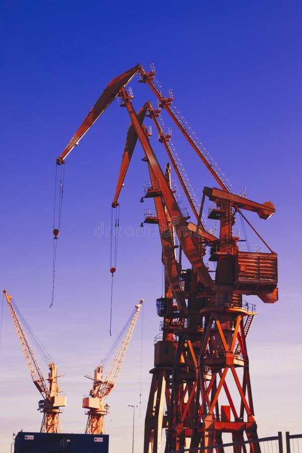 Grue, éléments navire-terre de grue Fond de transport et de technologie photo stock