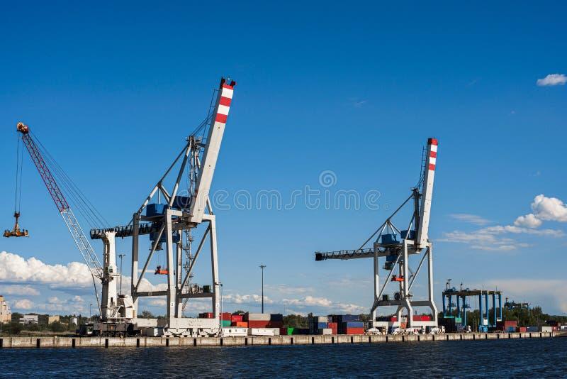 Grue énorme pour les conteneurs de chargement dans le terminal de cargaison du port maritime Temps clair d'étés Ciel bleu Copiez  image libre de droits