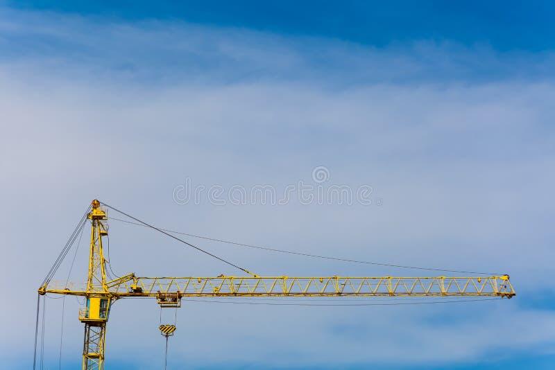 Grue de construction contre le ciel bleu photographie stock libre de droits