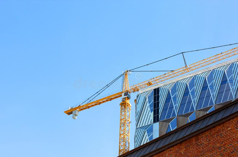 Grue de construction contre le ciel bleu photo stock