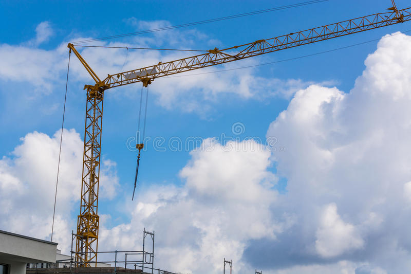 Grue de construction contre le ciel bleu photographié photo stock