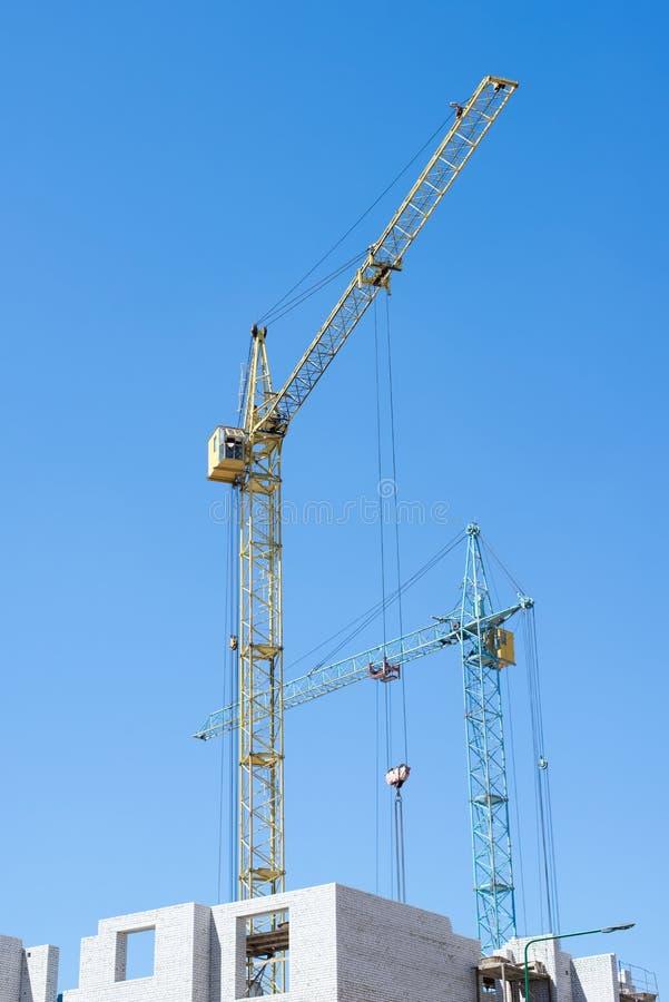Grue de construction sur le fond de ciel bleu images stock