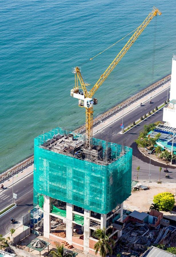 Grue de construction sur le toit images libres de droits