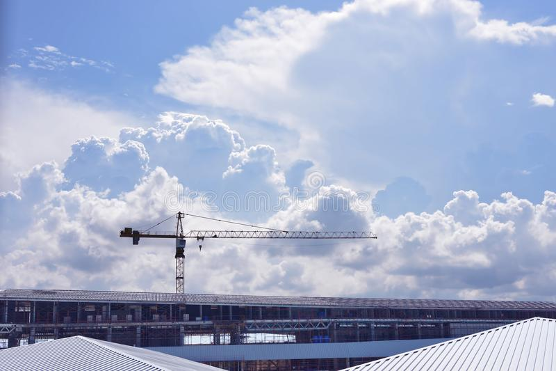 Grue de construction sur un bâtiment avec le nuage sur le ciel image stock