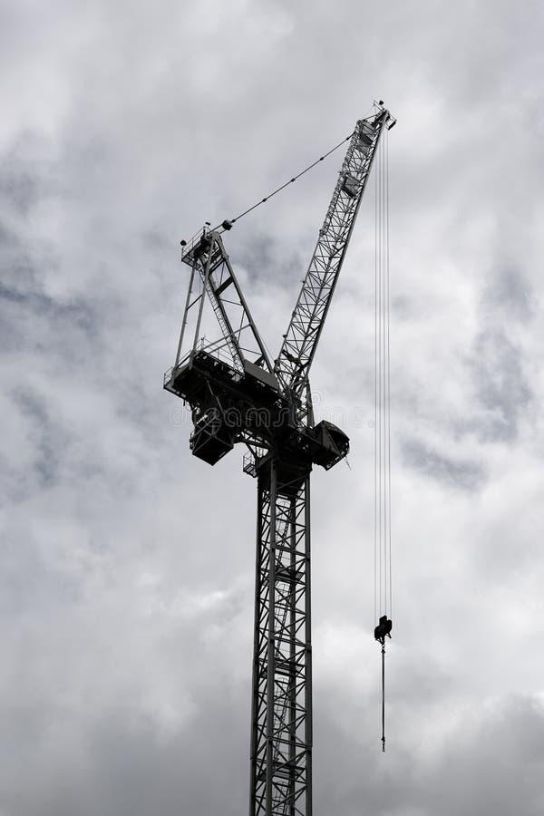 Grue de construction sur un chantier photo stock