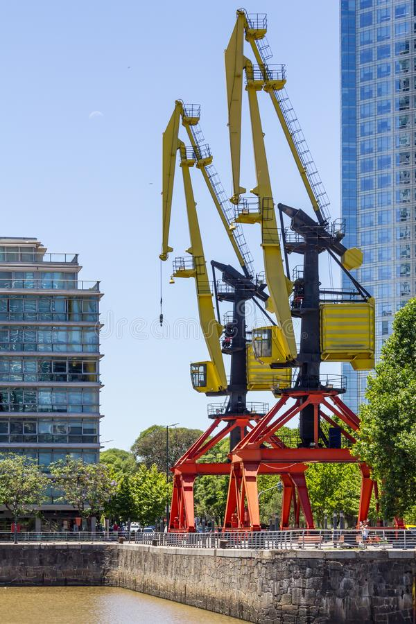 Grue de port dans Puerto Madero à Buenos Aires photos libres de droits