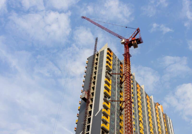 Grue de tour et construction d'un nouveau bâtiment avec fond de ciel image stock