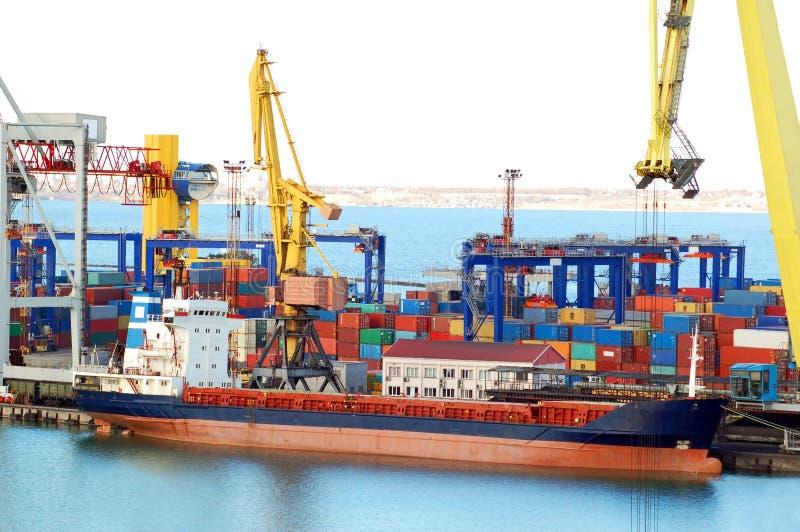 Grue et bateau de cargaison photographie stock