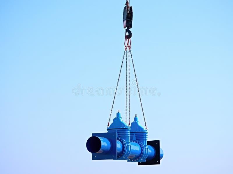 Grue manipulant le tuyau de 500mm avec des soupapes à vanne Procédé de construction images libres de droits