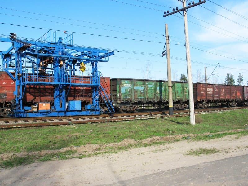 Grue OM de r?paration le chemin de fer le jour du soleil images libres de droits