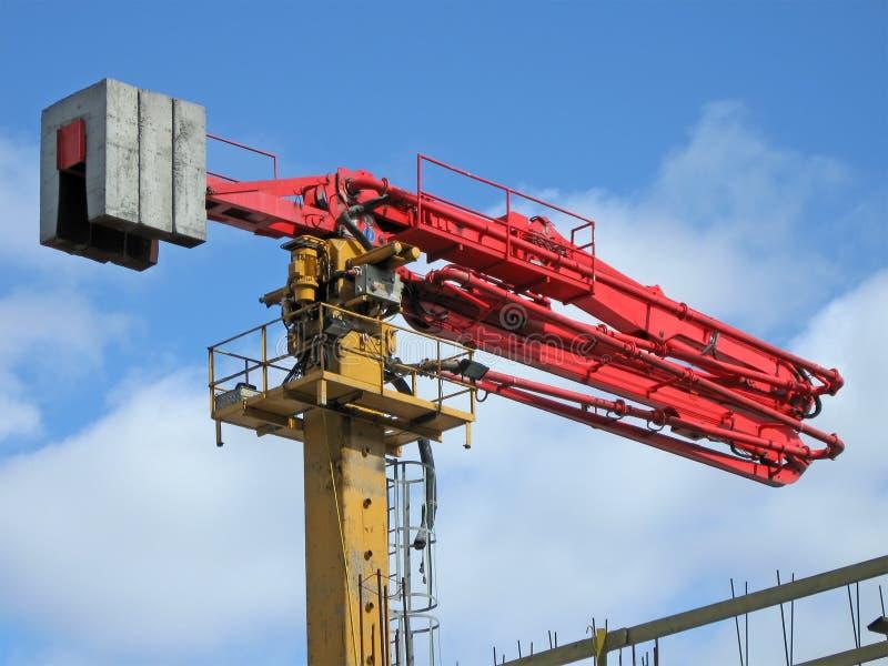 Grue rouge industrielle, chantier de construction, photo libre de droits