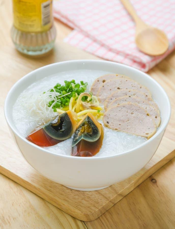 Gruel do arroz do papa de aveia do chinês tradicional na bacia, congee imagens de stock royalty free