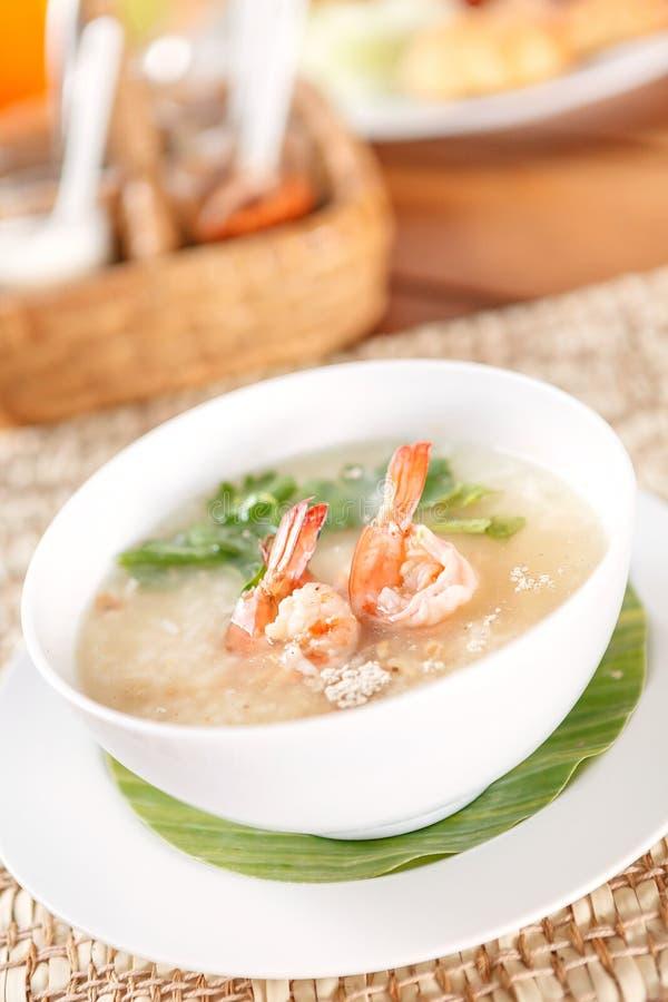 Gruel e gamberetto tailandesi tradizionali del riso del porridge in ciotola fotografia stock libera da diritti
